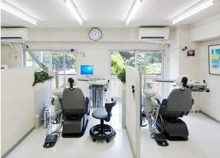 診療スペースはパーテーションで区切り、患者さまのプライバシーに配慮しております。