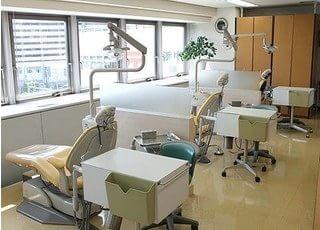 窓から外の景色が見渡せる診療室です。