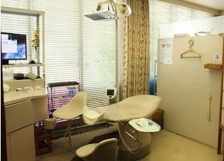 診療室は個室ですので、落ち着いてお口の中に関するお悩みなどお話いただけます。