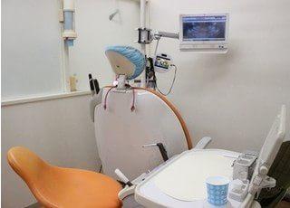 診療チェアです。お子様が怖がらないようにアニメDVDを流しながら治療もできます。