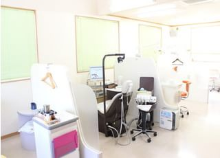 診療室です。広々とした診療室で安心感のある空間をご提供しております。