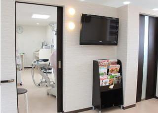 永瀬歯科(歯科・矯正歯科)_プライバシーに配慮した半個室の診療室と、バリアフリー設計で幅広い層の患者さまにお越しいただけます