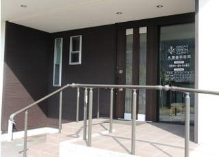 入口には階段とスロープがあるのでどちらでもご利用していただけます