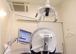 診療チェアまえのモニターを活用して、わかりやすいご説明を行っております。