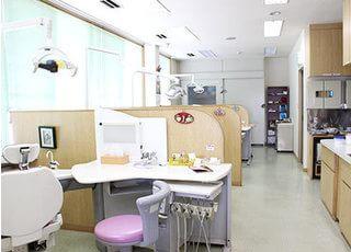 診療室はパーテーションで仕切られているので、患者様のプライベート空間を確保できます。