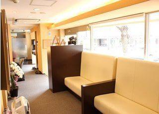 待合スペースには大きな座り心地の良いソファをご用意しています。