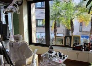 診療室です。外の景色を見ながら治療を受けられます。