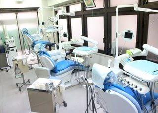 診療室です。天井は空をイメージし、診療中もリラックスできる空間作りを心がけています。