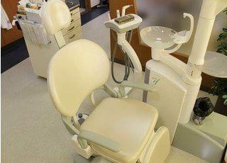 白い清潔な診療チェアで診療を行います。