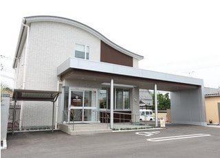 山脇歯科医院の外観です。駐車スペースもありますので、お車でもお越しいただけます。