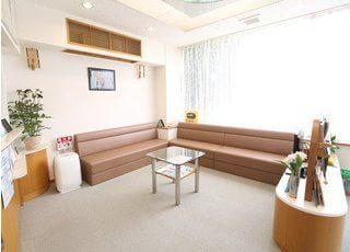 待合室です。こちらのソファでごゆっくりおくつろぎください。