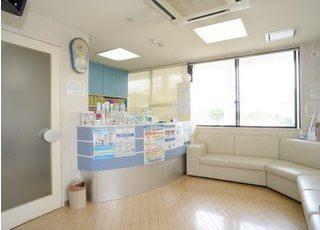 待合室は白を基調とした清潔感のある空間です。