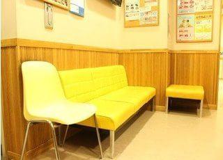 黄色いチェアがおしゃれな待合室です。