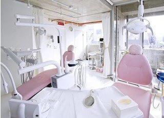 ピンクの診療チェアがリラックスさせてくれます。