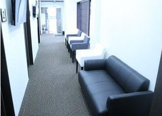 モダンを貴重とした待合室となっております。