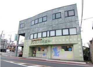 クレヨン小児歯科医院の外観です。大森台駅から徒歩9分の場所で診療を行っています。