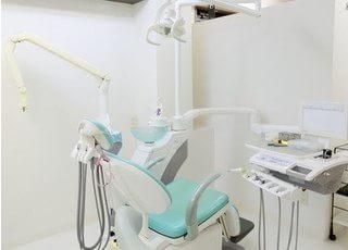 診療スペースです。白色で統一された空間は、清潔感があります。