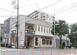 当院の外観です。津田沼駅から徒歩4分の位置にあり、道路の向かいには大きい商業施設がございますので、買い物の帰りでもお越しいただけます。