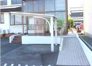入口にはスロープがありますので、車いすやベビーカーの方も入りやすくなっています。
