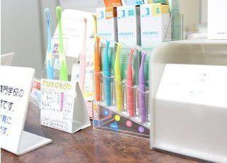 ブラシなど歯科用品の取り扱いがございます。お求めの際はスタッフが承ります。