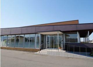 壁は一面鏡とした、開放感のある歯科医院です。