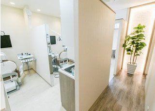 診察室は背の高いパーションで仕切られています。