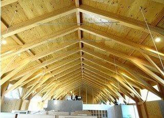 天井は多角となっており、少しでもリラックスして治療を受けていただけるよう工夫をしております。