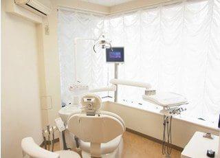 診療室は明るい光が差し込み、気持ち良く治療が受けられます。