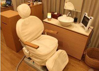 審美歯科専用のチェアです。審美歯科は個室制になっており、アロマを焚いた落ち着く空間で上質な治療を提供いたします。