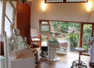 診療室には窓が付いていますので、快適な空間です。リラックスしてご受診ください。