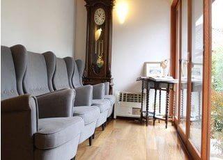 待合スペースです。快適なソファで、ゆっくりお過ごしください。