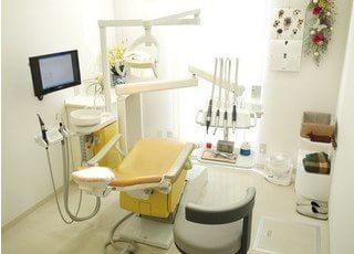 診療室は清潔感があり、四季の移り変わりが感じられるよう、光を多く取り入れた作りになっています。