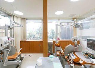 診療室は窓に面していますので、明るい光が射し込みます。