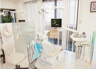 診察室は明るく清潔感のある空間です。