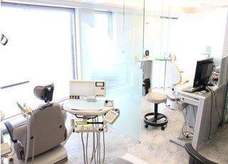 診療室は大きな窓に面していますので、開放的で明るい光が差し込みます。