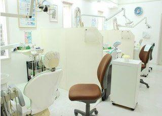 3台あるユニットはそれぞれ十分な診療スペースを確保しています。
