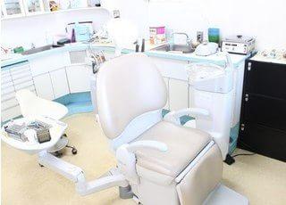 診療室のチェアです。リラックスしてお掛けください。