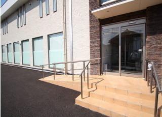入口にはスロープがあり車椅子の方や、足の不自由な方も来院しやすくなっております。
