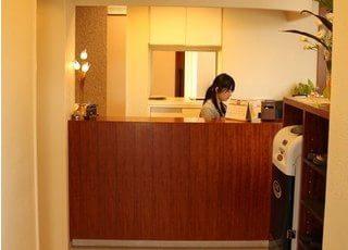 受付です。山脇歯科医院のスタッフがお迎えします。