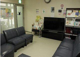 ふかふかなソファーにお掛けになってお待ちください。