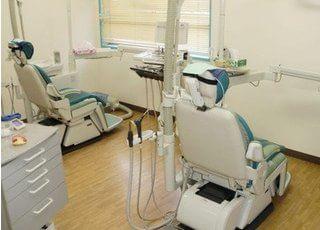 診療チェアの間隔を広くあけているので、快適に治療を受けられます。