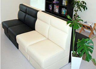 待合室のソファーです。ゆったりとお座りいただけます。
