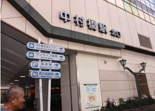 最寄の中村橋駅です。北口を降りてすぐ、当院の看板が見えます。