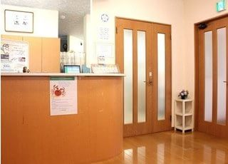 受付でははまさき歯科クリニックのスタッフが元気にお迎えします。