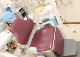 診療チェアです。一般歯科のほか、歯周病など幅広い診療に対応しています。
