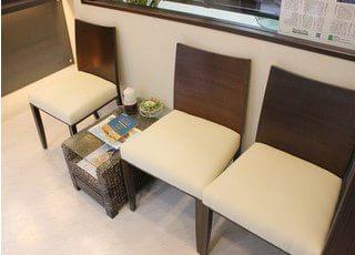 待合室には白の椅子を準備しています。