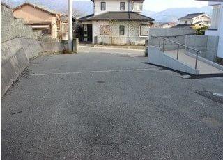 駐車場と医院入口にスロープを設置しています。