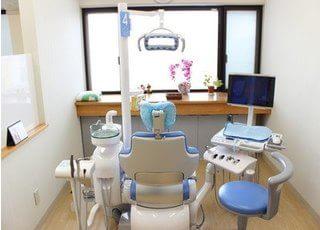 天井が高く明るい診察室には、6台のユニットが並んでいます。それぞれのユニットにはモニタが設置されており、撮影した口腔内写真やレントゲン写真を直ぐに見ることができます。又、待ち時間には心地よい音と映像が流れています。