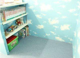 本やおもちゃがたくさん置いてあります。お子様連れでの治療も安心して行えます。