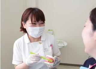 歯科衛生士がブラッシング指導をおこないます。